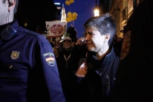 Beatriz Talegón, dirigente del PSOE, llora al ser expulsada de la manifestación por la vivienda en Madrid.