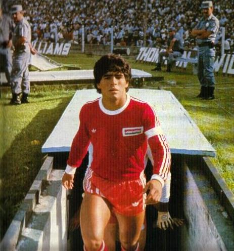Diego Armando Maradona, entrando a la cancha de Racing