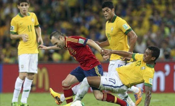 Luiz Gustavo, Hulk y Oscar rodean a Iniesta durante la final.
