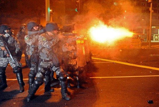 Incidentes en los alrededores del Maracaná, durante la final de la Copa Confederaciones