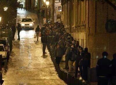 Cola de gente para pedir comida en la sede de Cáritas en Madrid, el pasado 2 de enero. Foto: UnPadrey Suhijo